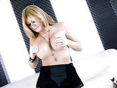 Hawt Lisa Daniels enjoys playing with her huge knockers